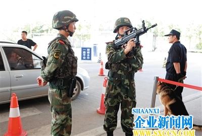 北京:武警持95式步枪配爆裂弹进检查站 逢车必检(图)