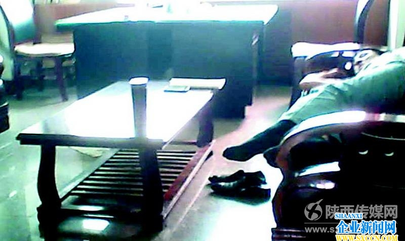 韩城部分政府部门作风散漫 有人睡觉有人打游戏