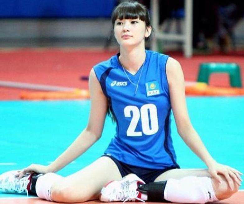 17岁哈萨克女排队员一夜爆红 身高182腿长120