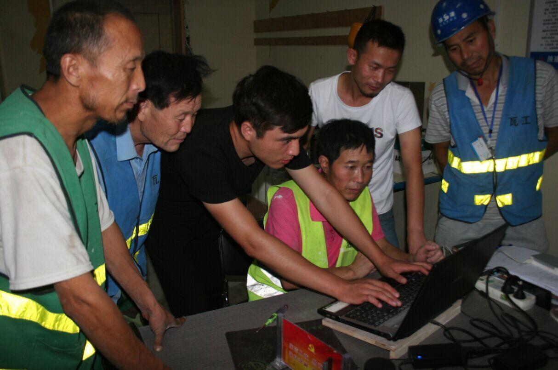 陕建一建集团装饰公司农民工手把手教电脑走进第二项目部