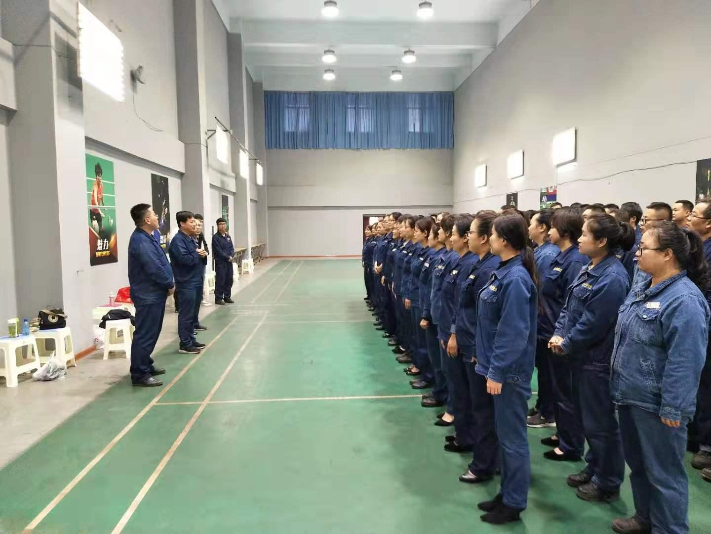 陕钢龙钢公司党委委员、工会主席赵春棠一行看望并慰问紧张排练的合唱团
