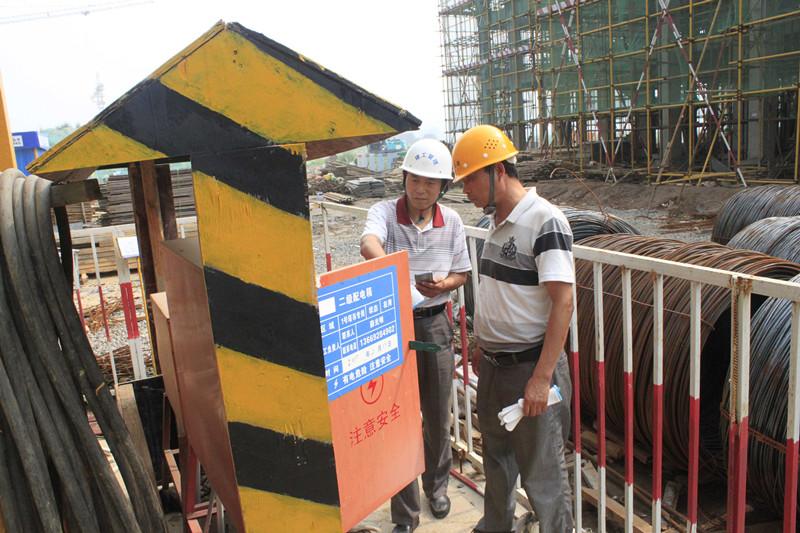韩城市住建局建工处书记秦会战带领质监部门对陕建一建集团四公司福利园项目进行综合检查
