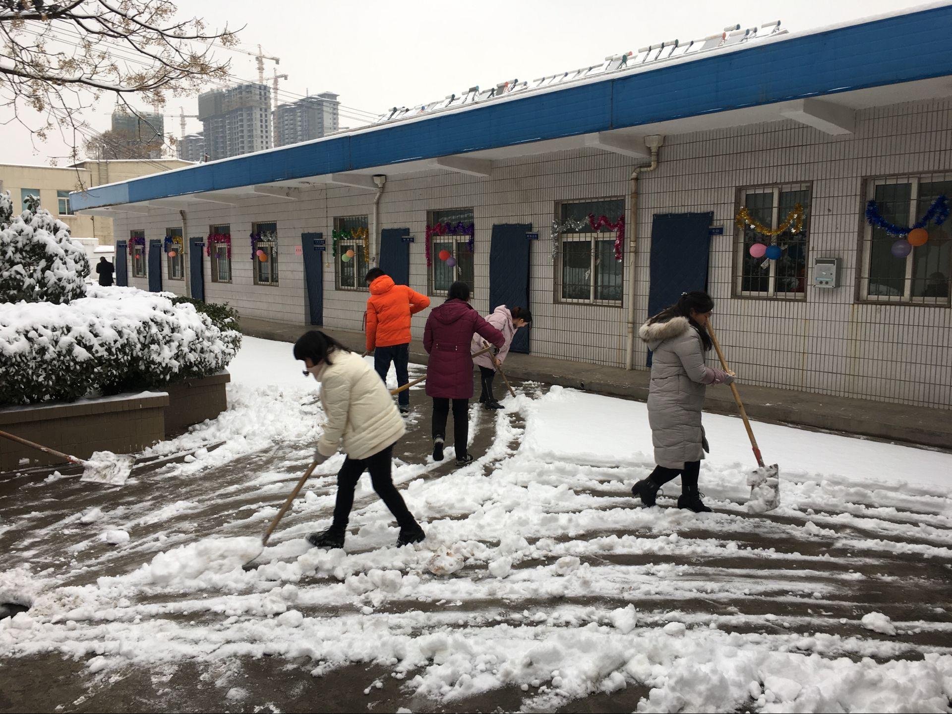 勇担社会责任――陕建一建集团四公司项目自发组织清扫道路积雪